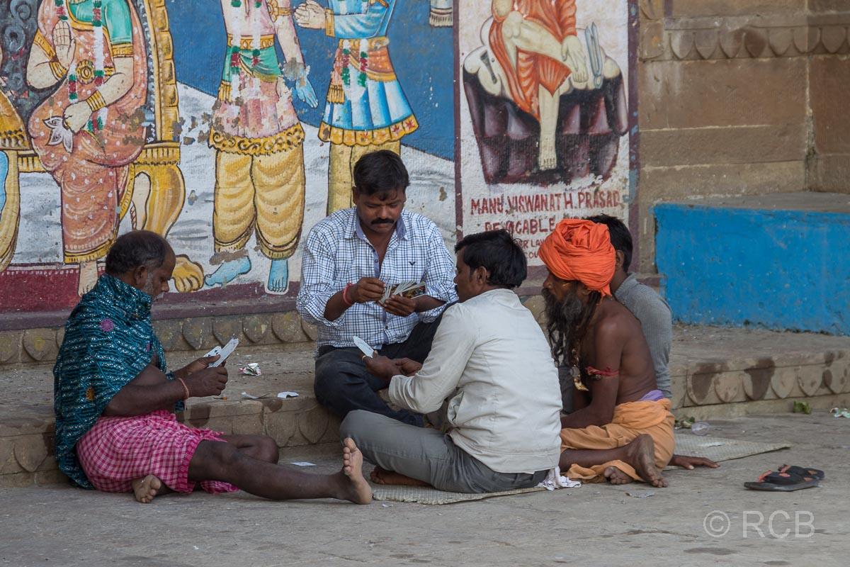 Varanasi, Männer beim Kartenspiel an den Ghats