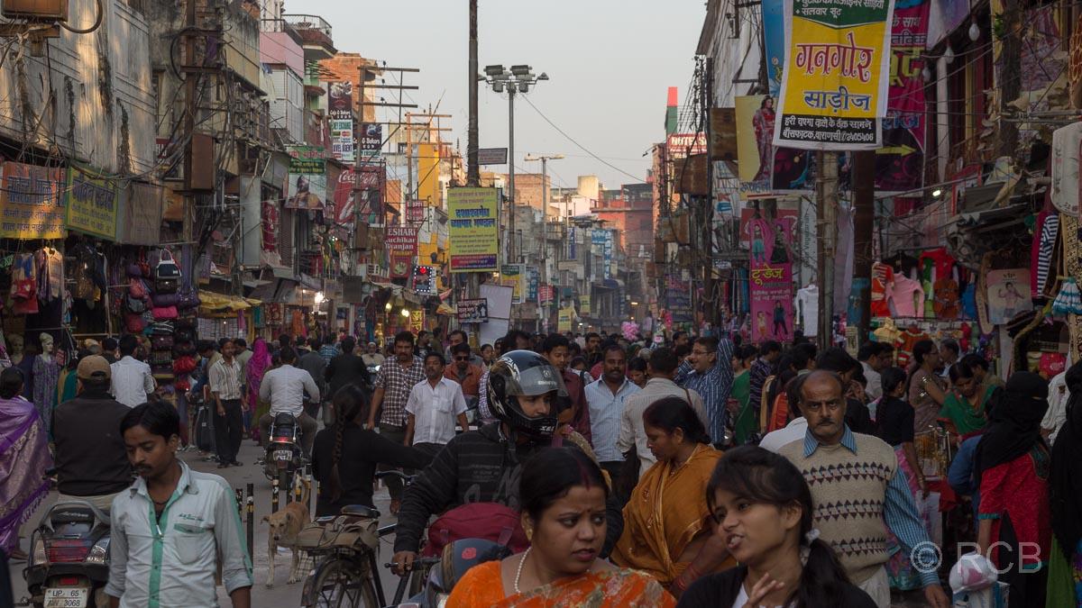 Varanasi, Menschenmassen auf einer breiten Straße in der Altstadt