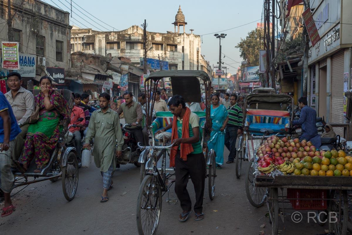 Varanasi, Fahrradrikschas und Obstverkäufer in der Altstadt
