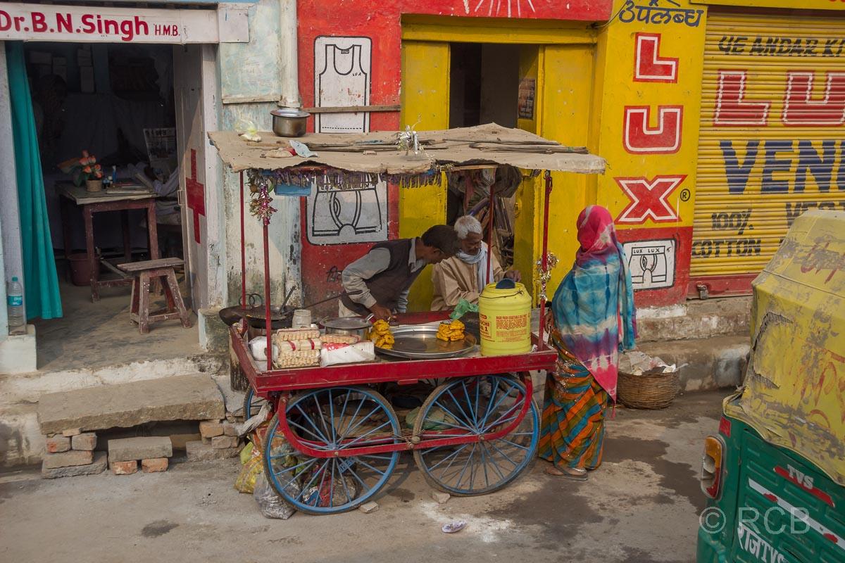 Varanasi, Verkaufsstand und Zahnarztpraxis am Straßenrand