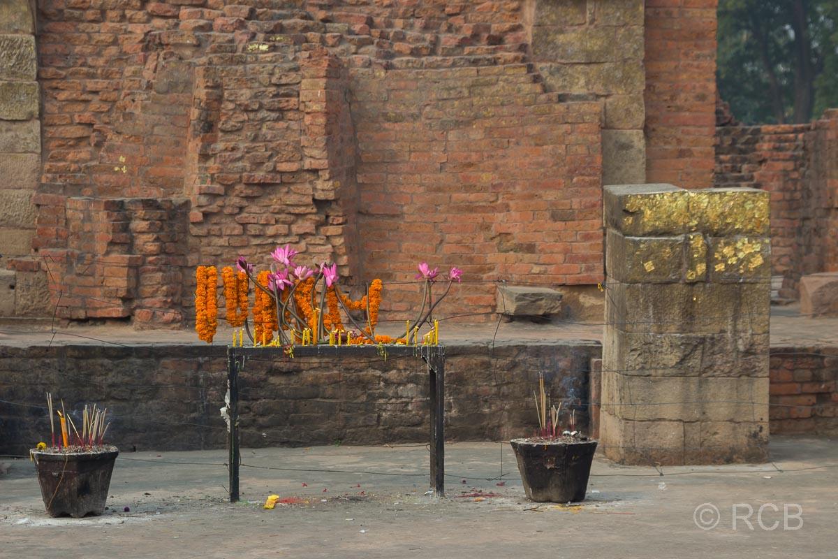 Sarnath, Opfergaben in den Tempelruinen