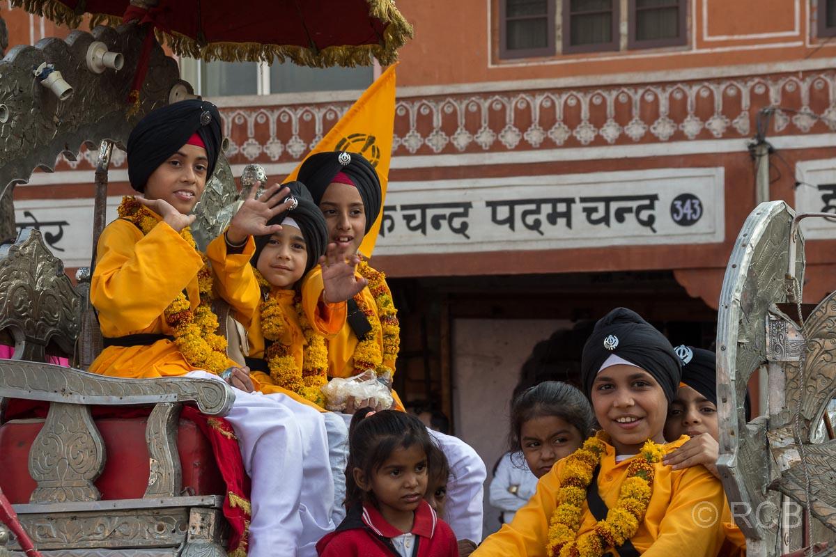 Kinder auf einem Festwagen, Sikh-Umzug, Jaipur, Altstadt