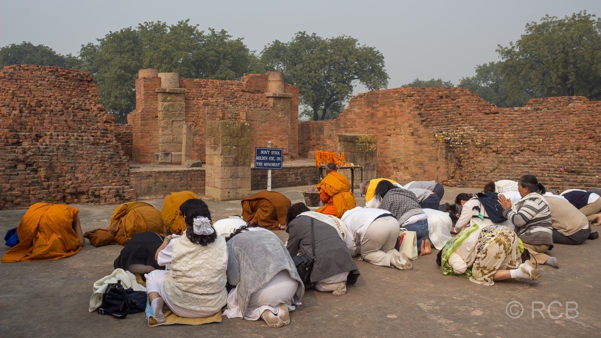 Sarnath, Gläubige beten in den Tempelruinen