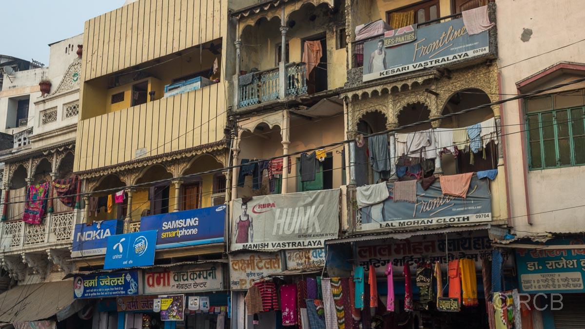 Varanasi, Häuserfassaden mit Werbung und Wäsche