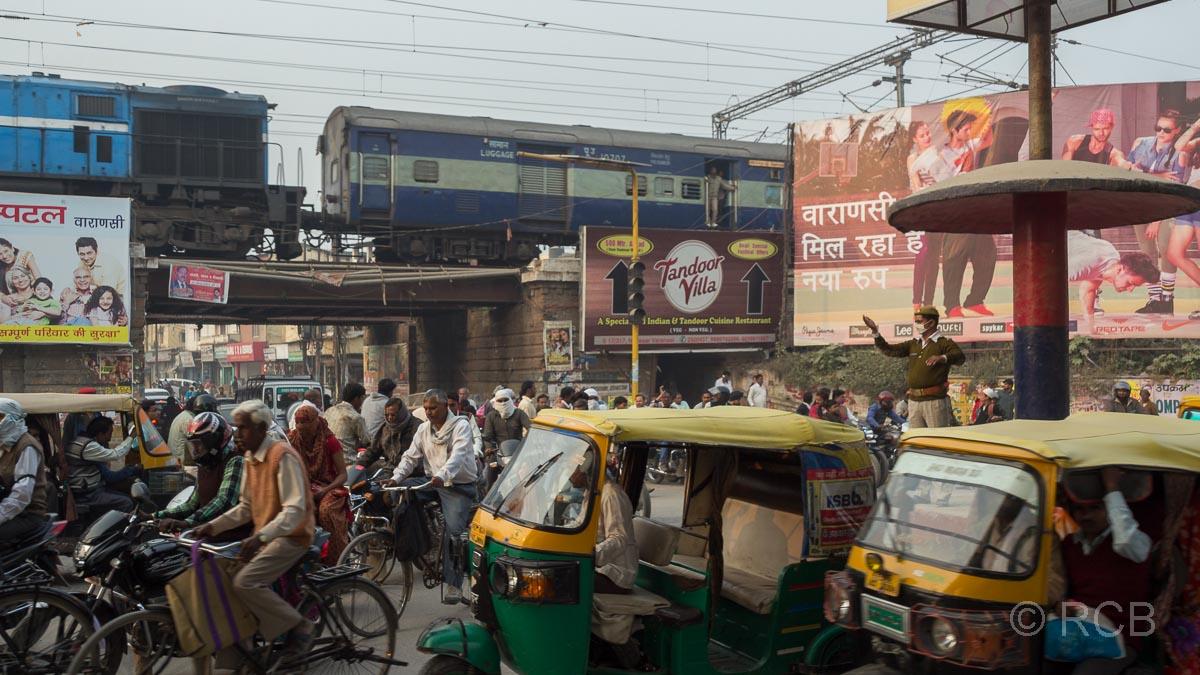 Varanasi, Autorikschas und Fahrräder an einer Eisenbahnunterführung