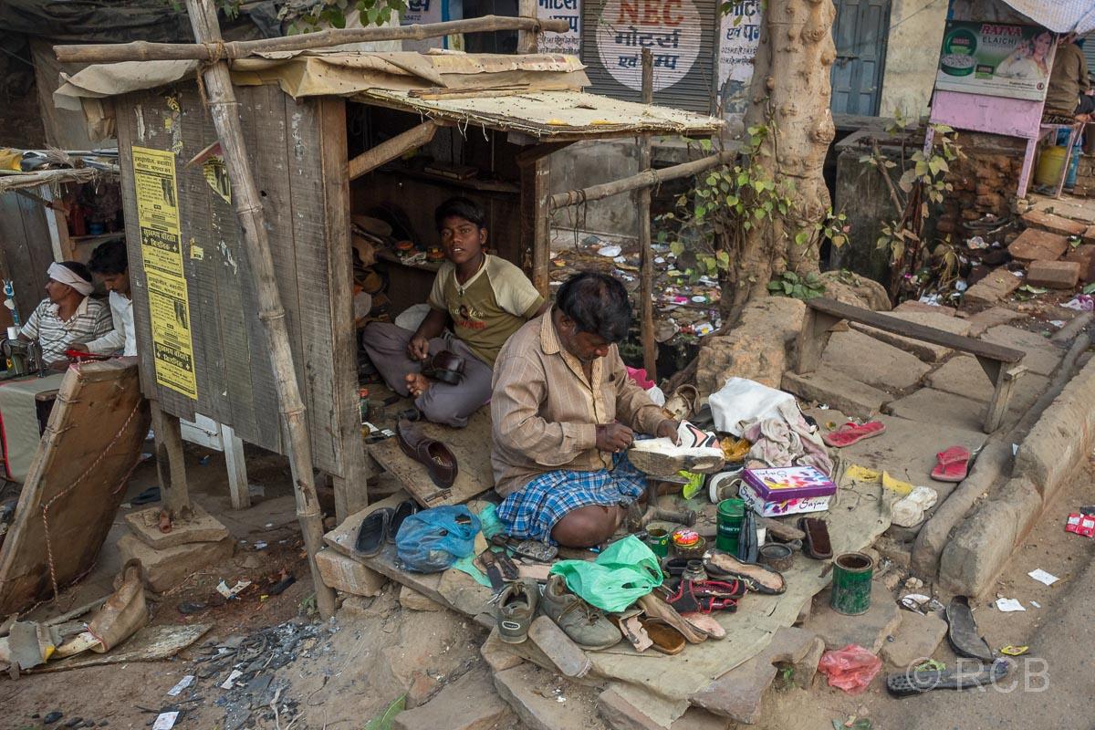 Varanasi, Schusterwerkstatt auf der Straße