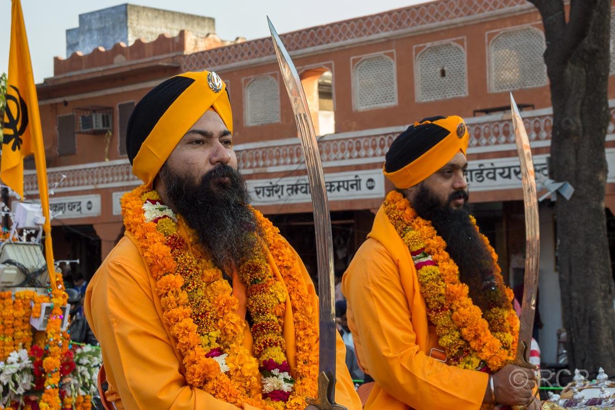 Männer mit Krummschwertern, Sikh-Umzug, Jaipur, Altstadt