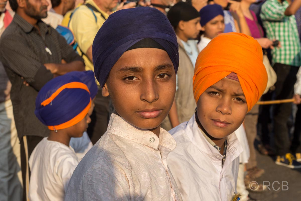junge Zuschauer beim Sikh-Umzug, Jaipur, Altstadt
