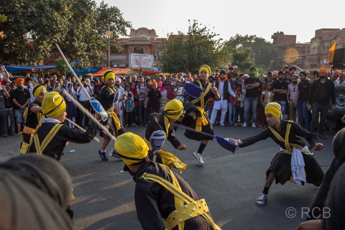 Scheinkämpfe mit Schwertern bei einem Sikh-Umzug, Jaipur, Altstadt