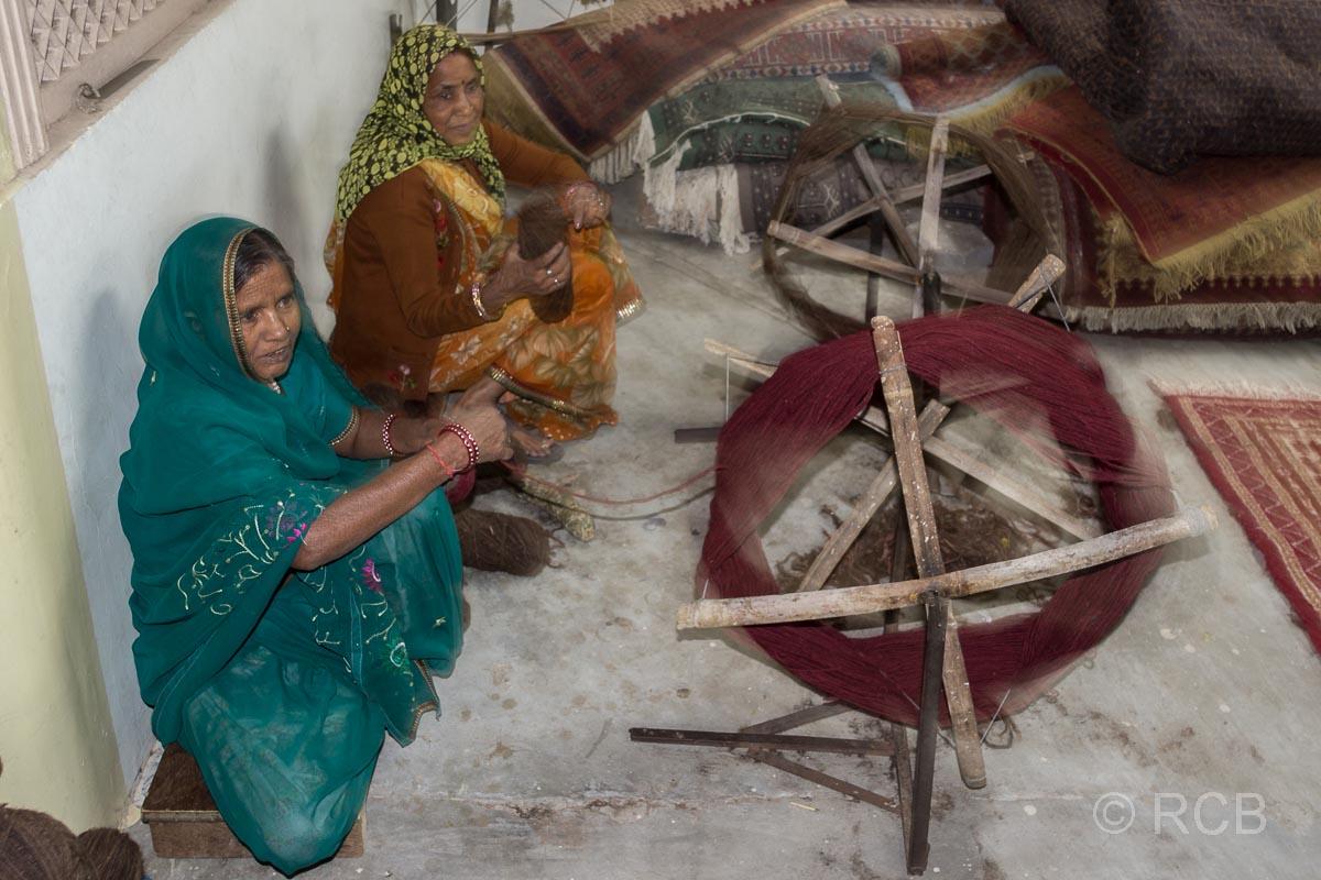 Frauen beim Spinnen von Wolle, Jaipur