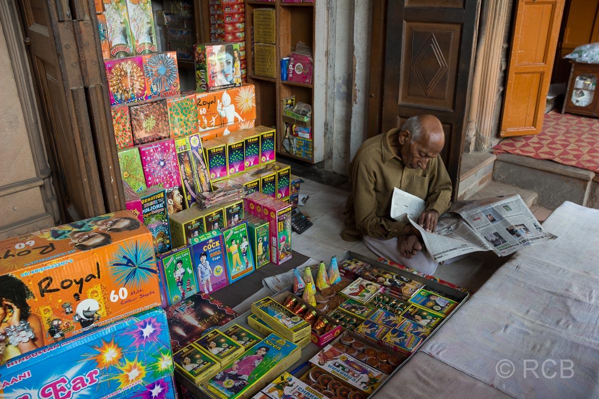 Spielwarenverkäufer in den Gassen von Old Delhi
