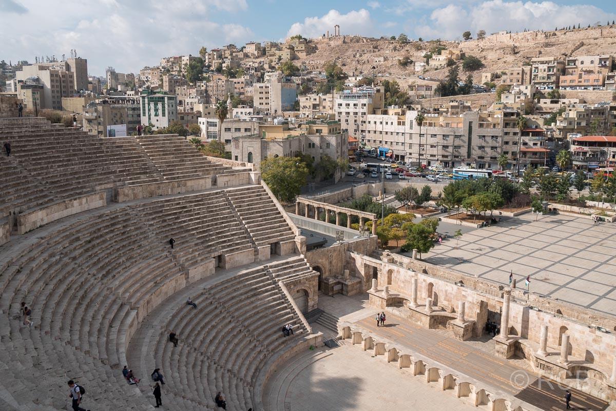 Römisches Theater, im Hintergrund die Zitadelle