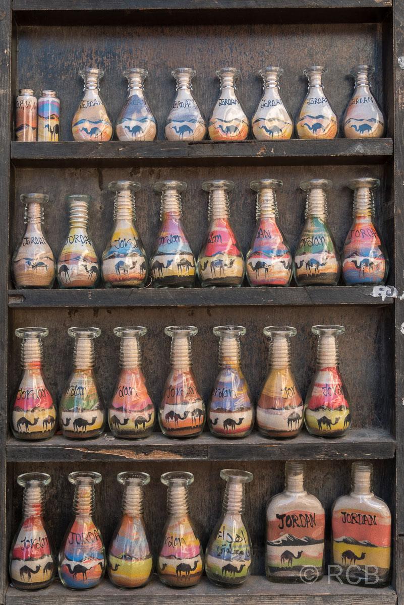 Madaba, Glasfläschen mit Sandmalerei