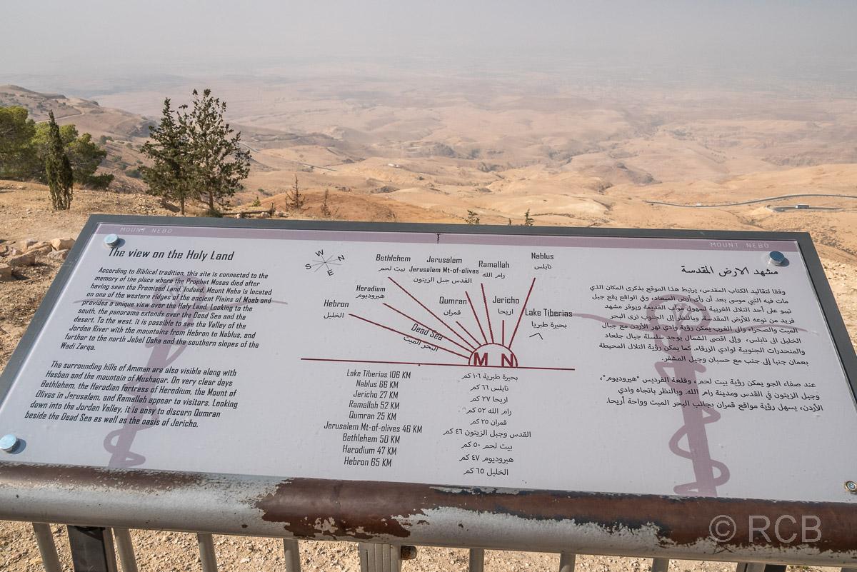 """Infotafel an einem Aussichtspunkt auf dem Berg Nebo mit Blick ins """"Gelobte Land"""""""