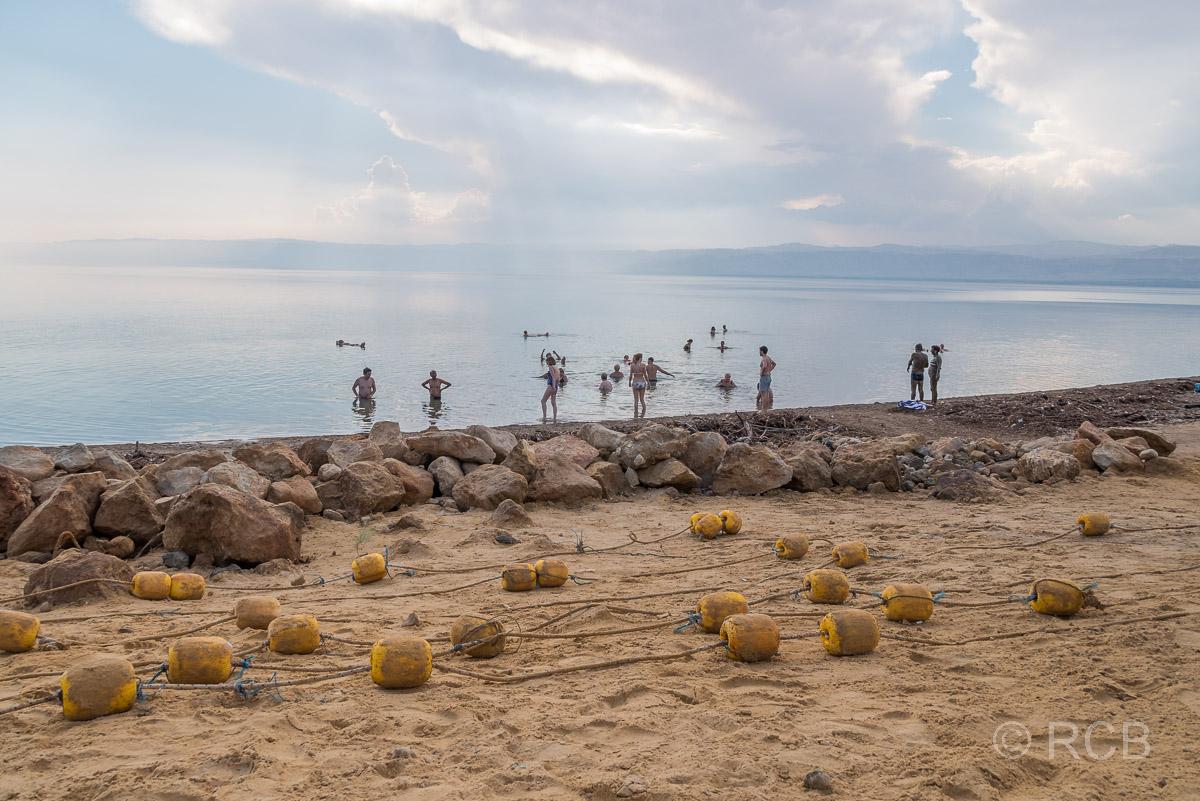 Badende am Toten Meer