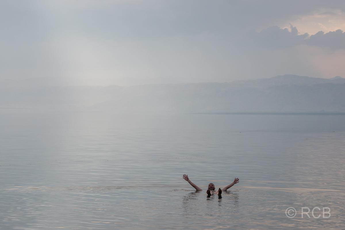 Mann treibt im Toten Meer