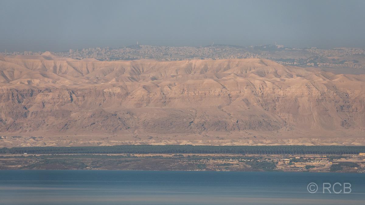 Blick über das Tote Meer nach Jerusalem