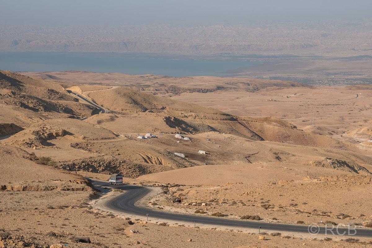 Blick von den Bergen hinab auf das Tote Meer und Israel im Hintergrund