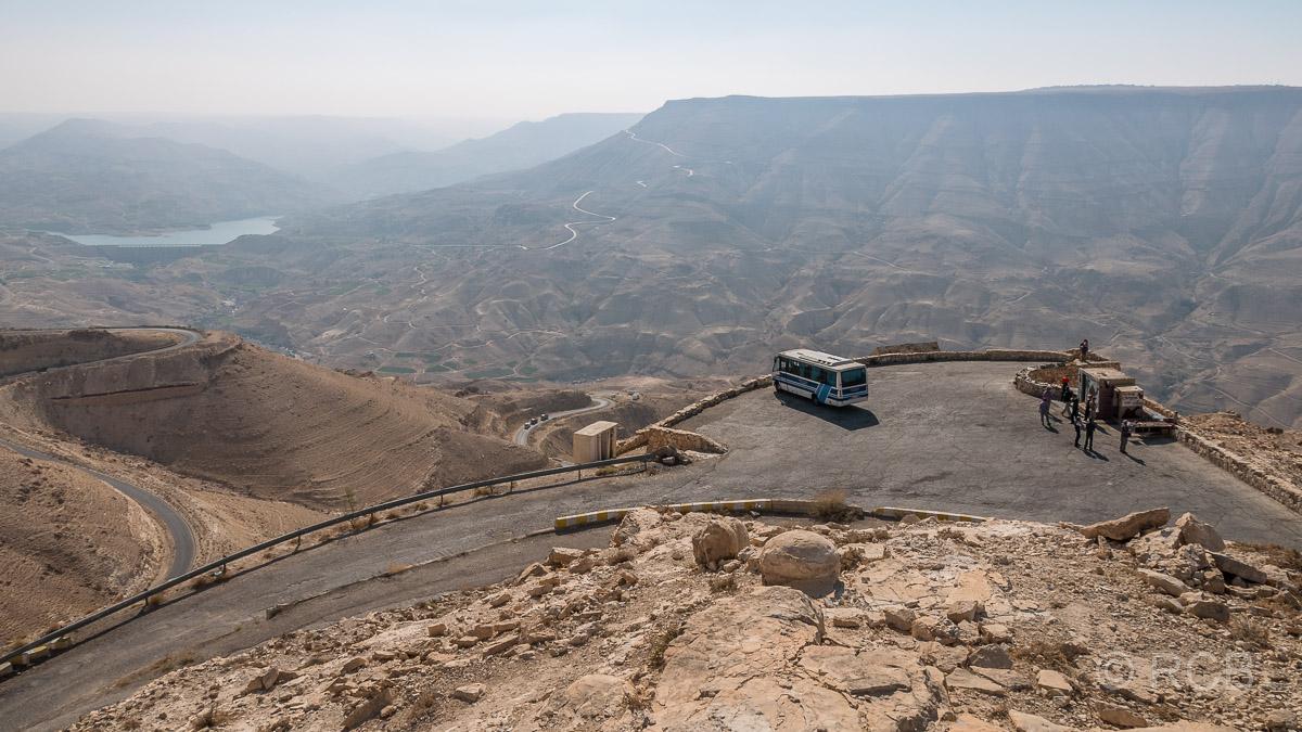 Bus hält an einem Aussichtspunkt oberhalb des Wadi Mujib