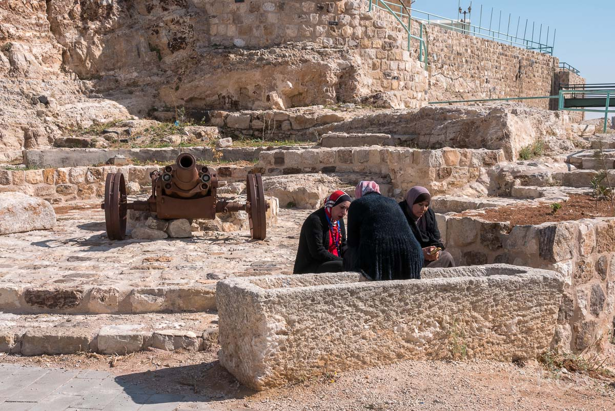 Kerak, 3 Frauen sitzen vor einer Kanone auf der Festung