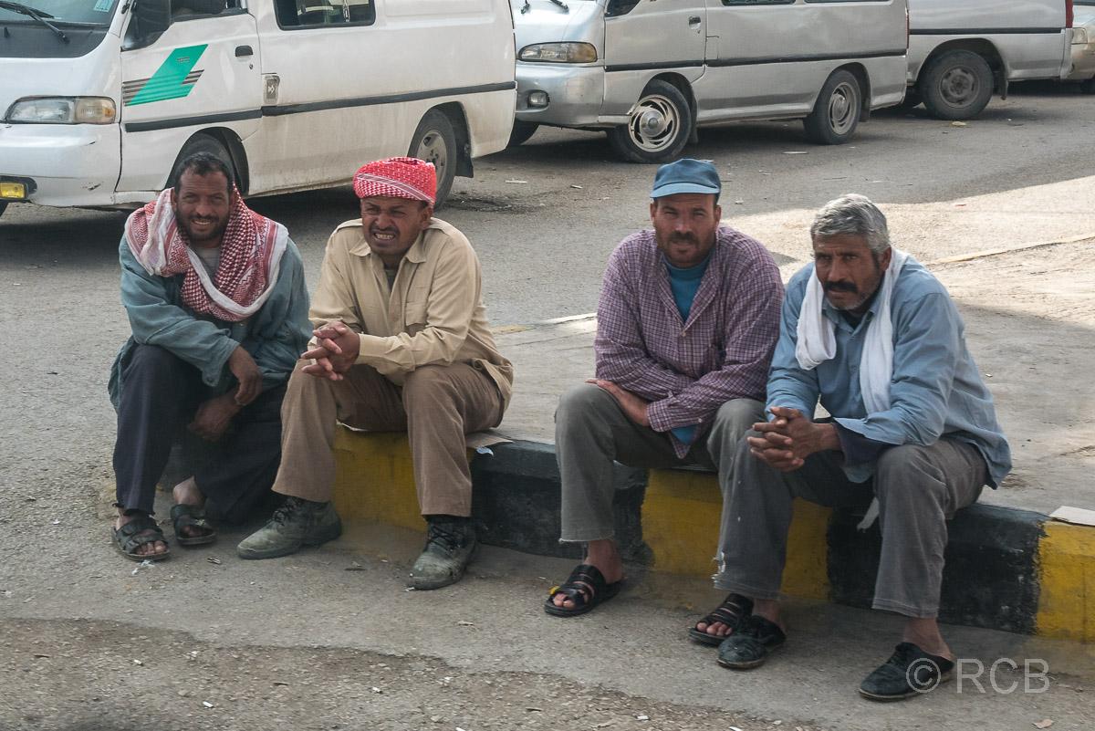 Kerak, Straßenszene, 4 Männer sitzen auf dem Bordstein