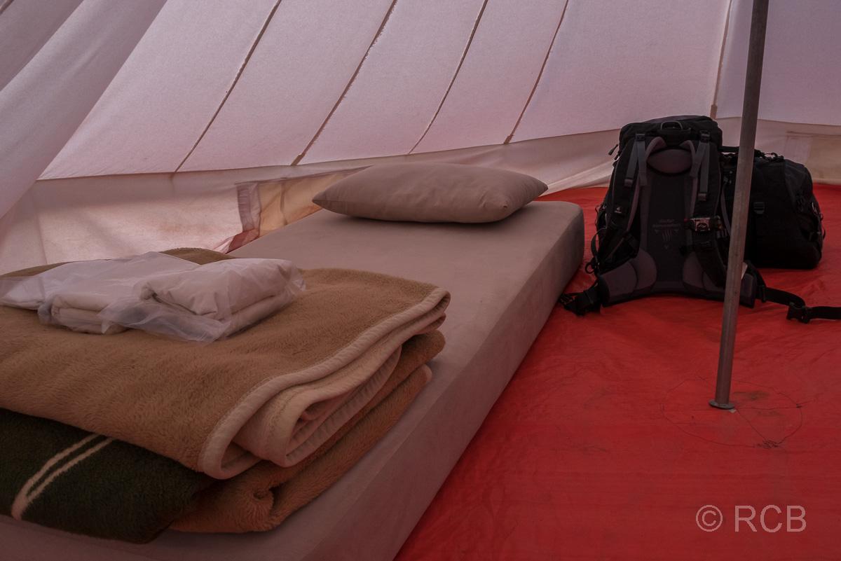 Matratze mit Decken in einem Zelt des Rummana Camps, Dana Naturreservat