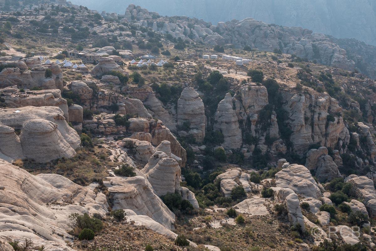 Blick vom Rummana Mountain Trail aus auf das Camp, Dana Naturreservat