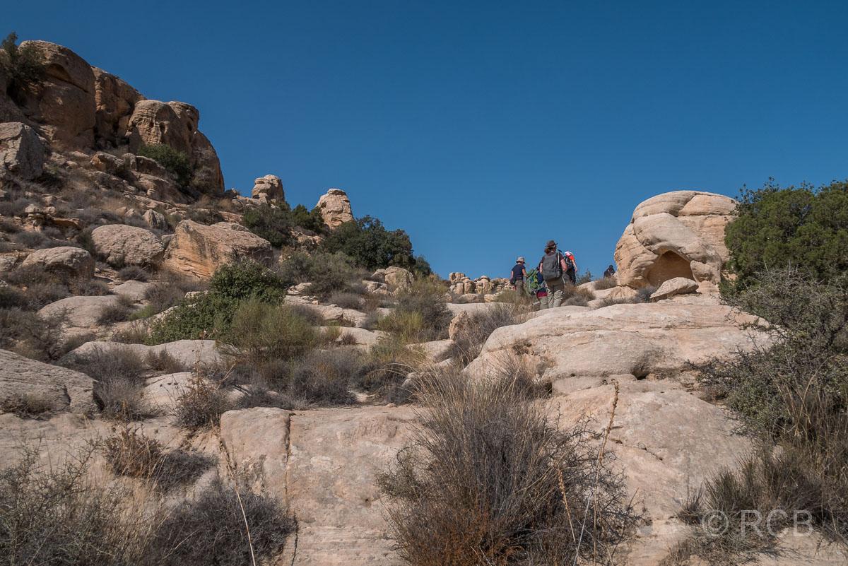 Wandergruppe geht durch Felsen auf dem Campsite Trail, Dana Naturreservat
