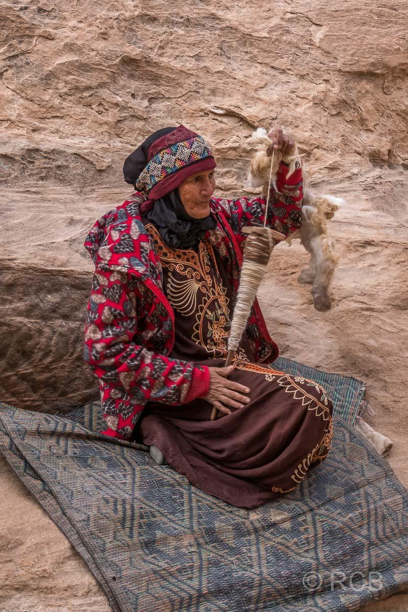 Frau beim Spinnen von Wolle, Klein-Petra