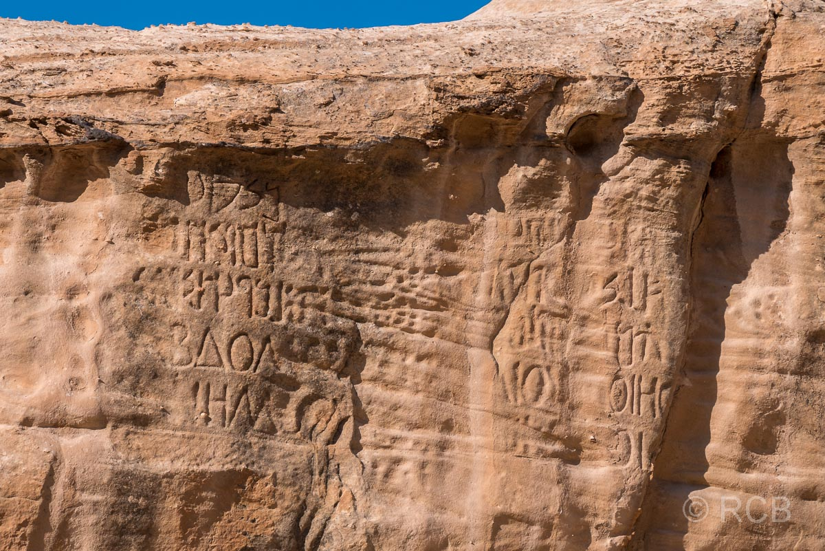 aramäische Felsinschriften auf dem Weg nach Petra