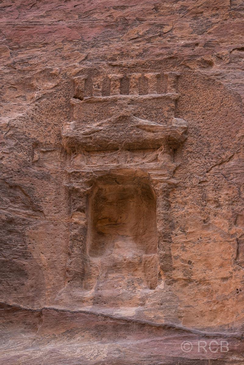 Nische mit umgebendem Relief im Siq