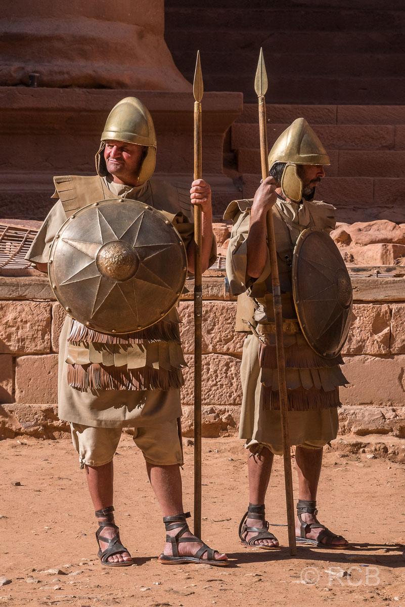 "kostümierte Wächter am ""Schatzhaus des Pharao"""