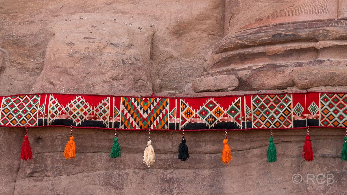 Stoffgirlande mit Mustern am Urnengrab an der Königswand
