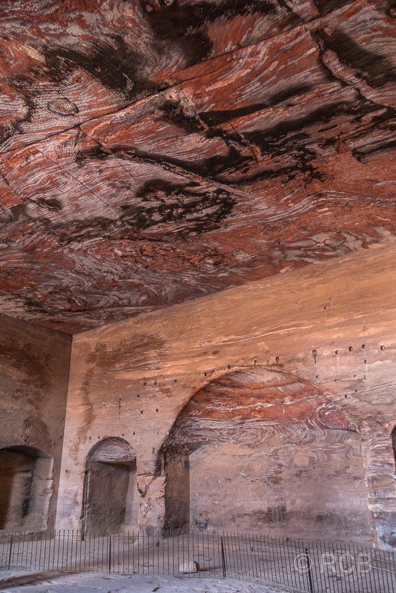 farbige Sandsteinwände im Inneren des Urnengrabs