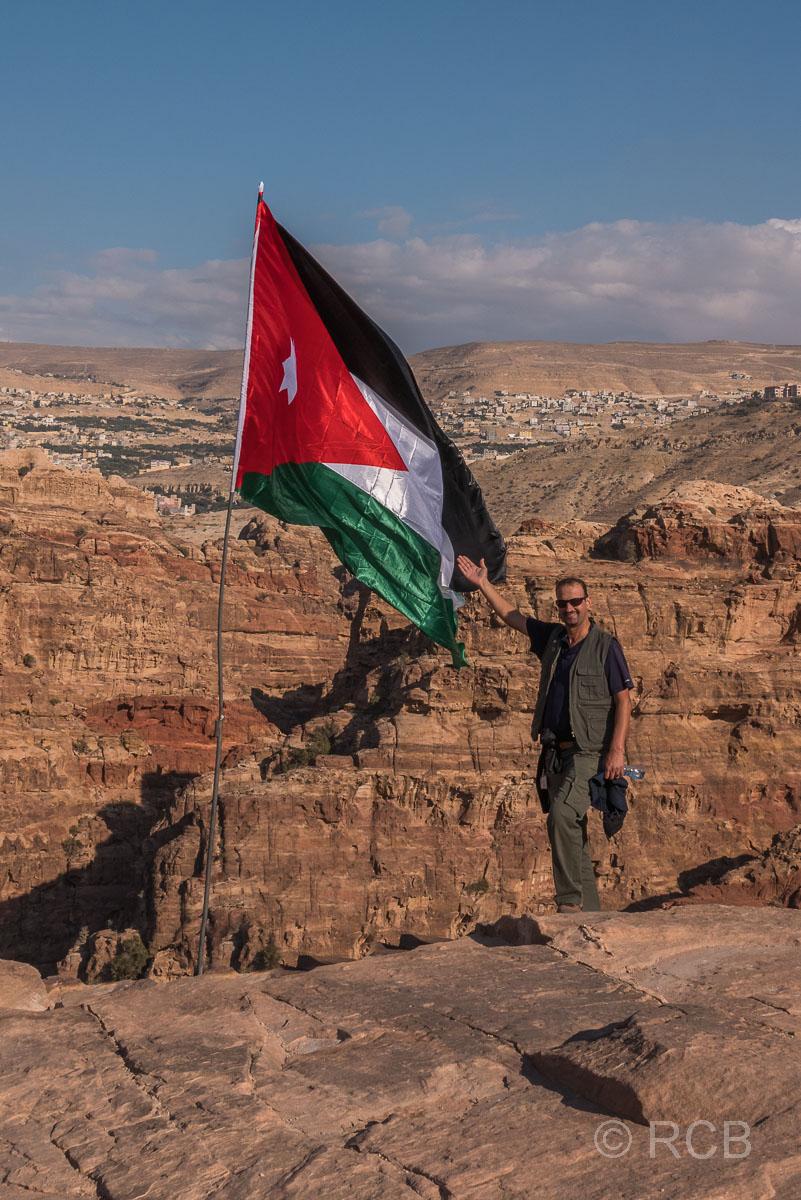 Reiseleiter mit jordanischer Flagge am Hohen Opferplatz in Petra