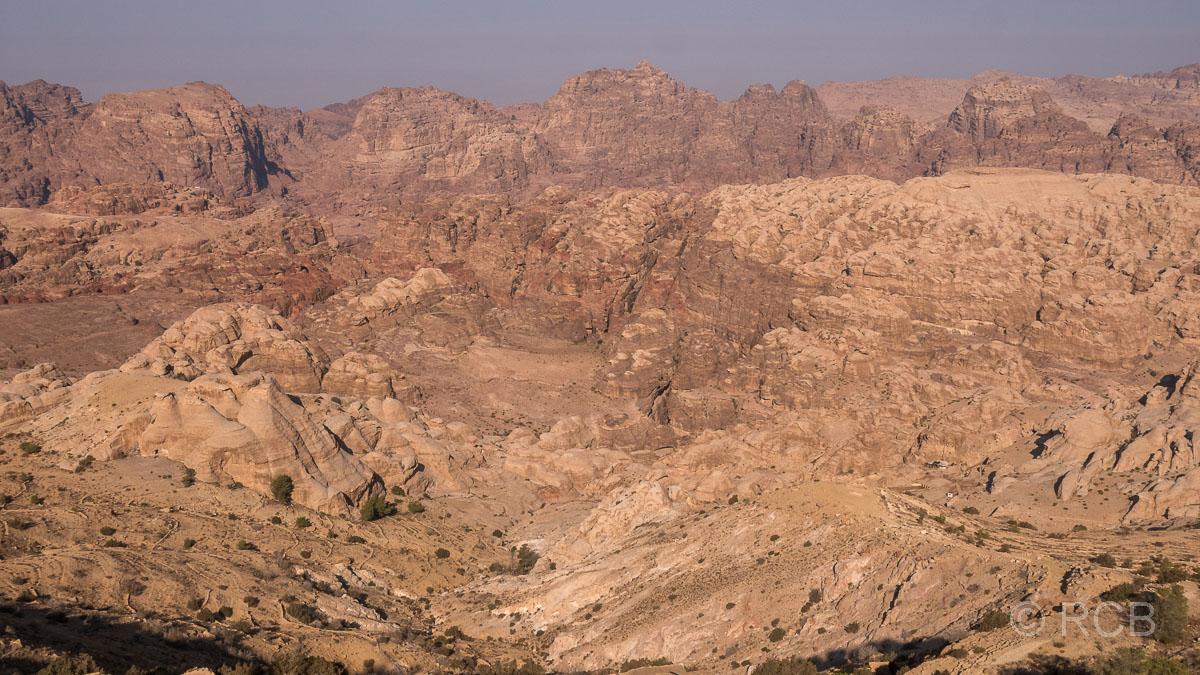 Rückblick über das Gebiet der Ruinenstadt Petra