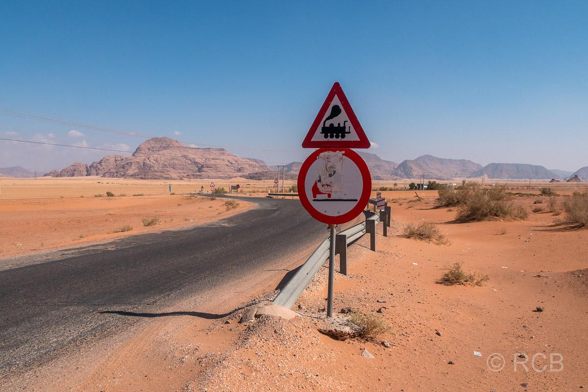 Straßenschild an einem Bahnübergang im Wadi Rum