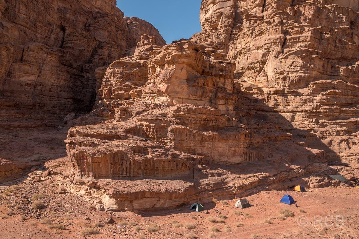 Zelte eines Nachtlagers im Wadi Rum