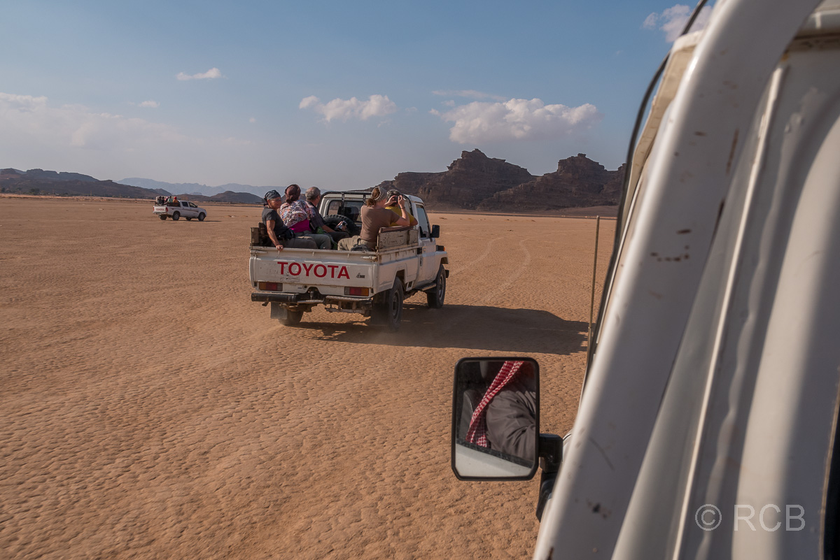 Jeeps fahren durch das Wadi Rum