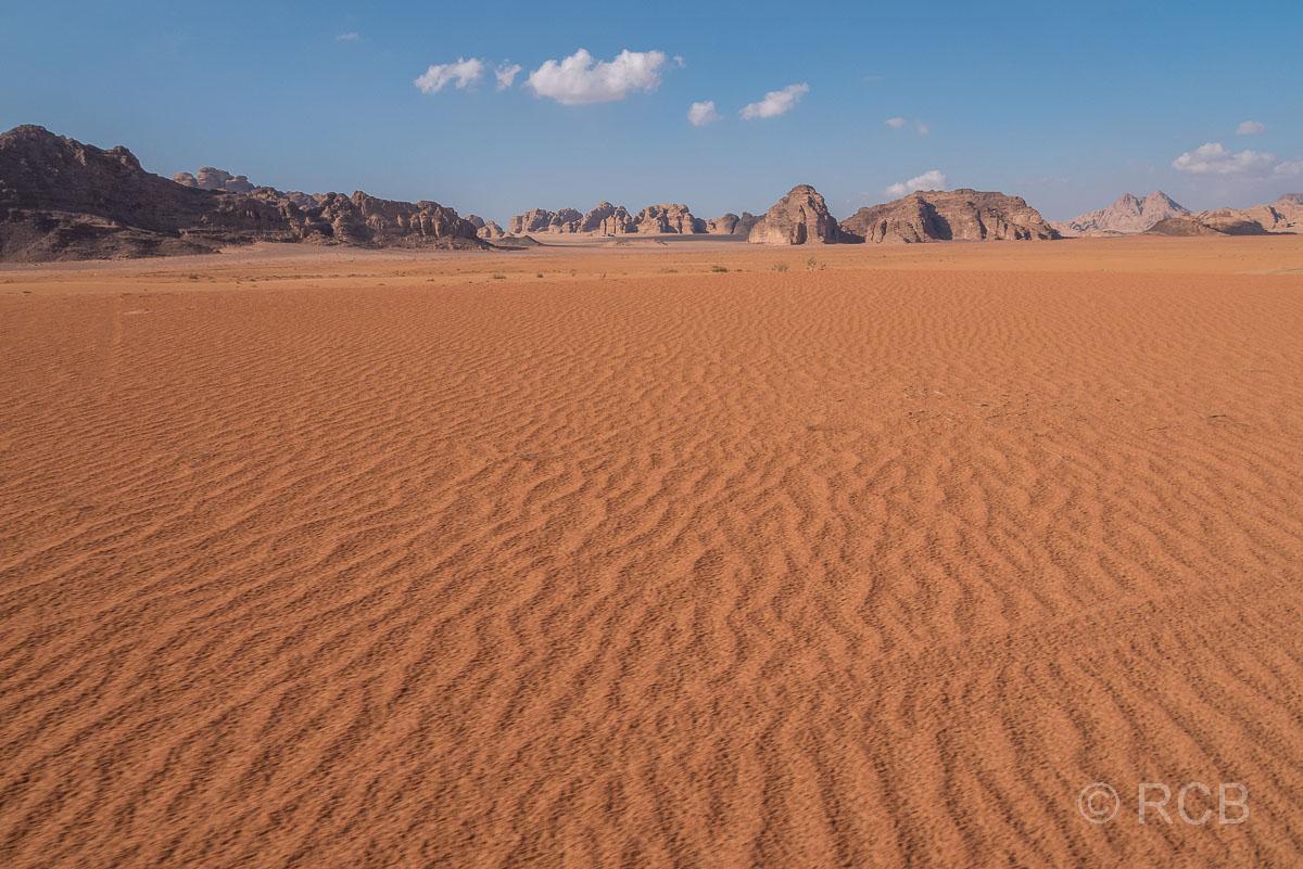 roter Sand und Felsen im Wadi Rum