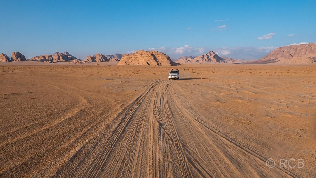 Jeepspuren und Jeep im Wadi Rum