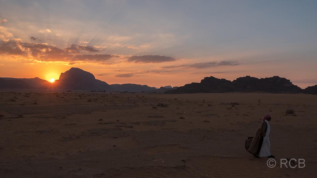 Beduine läuft in den Sonnenuntergang im Wadi Rum