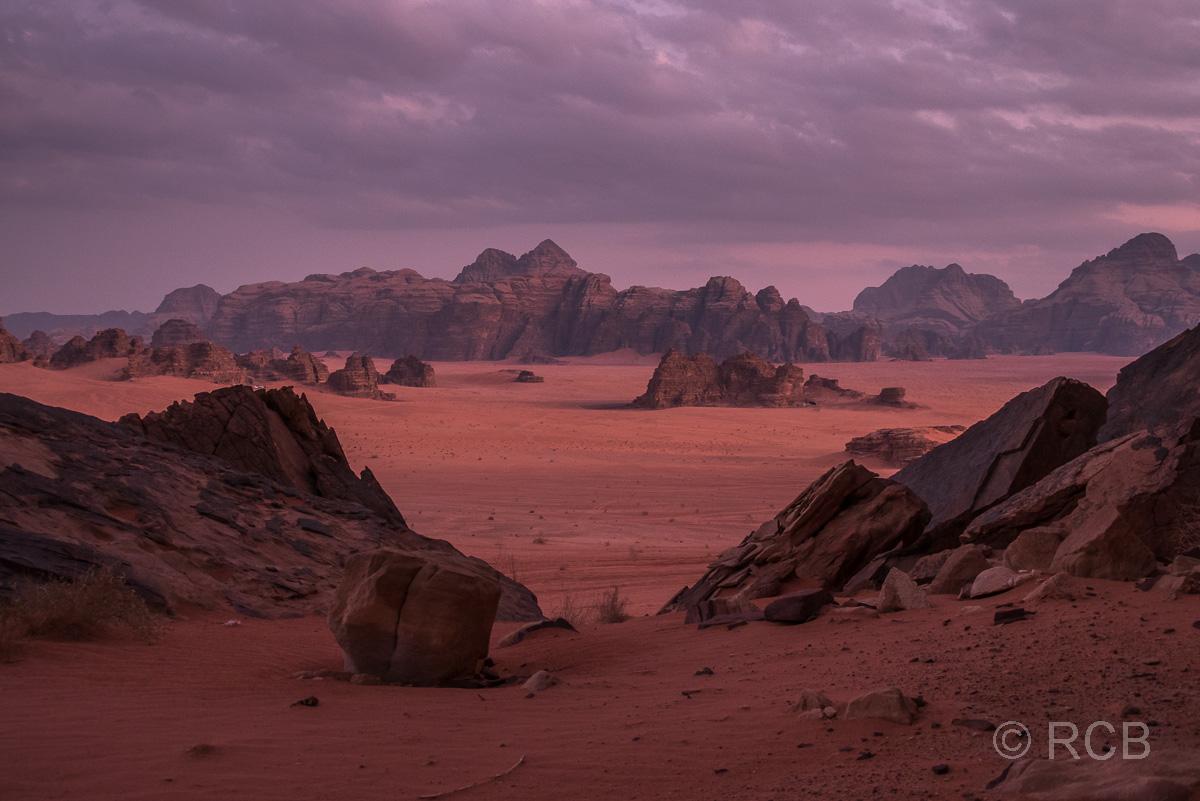Abendrot färbt das Wadi Rum violett
