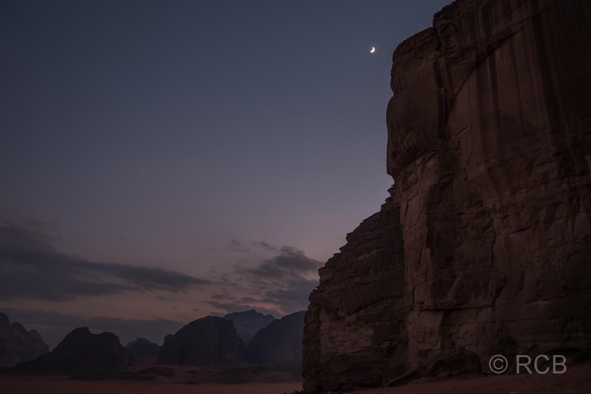 Mondsichel über den Felsen des Wadi Rum