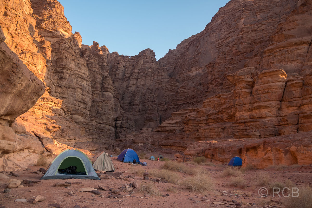 Sonnenaufgang über Zelten nach dem Nachtlager im Wadi Rum
