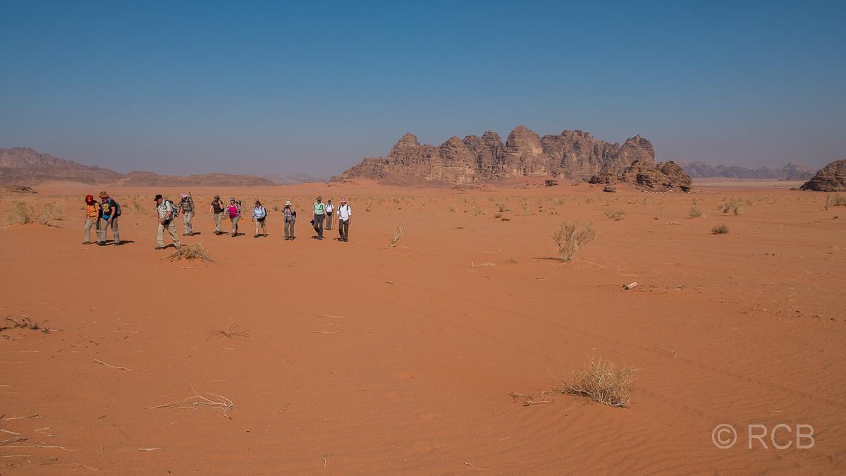 Wanderer im Wadi Rum