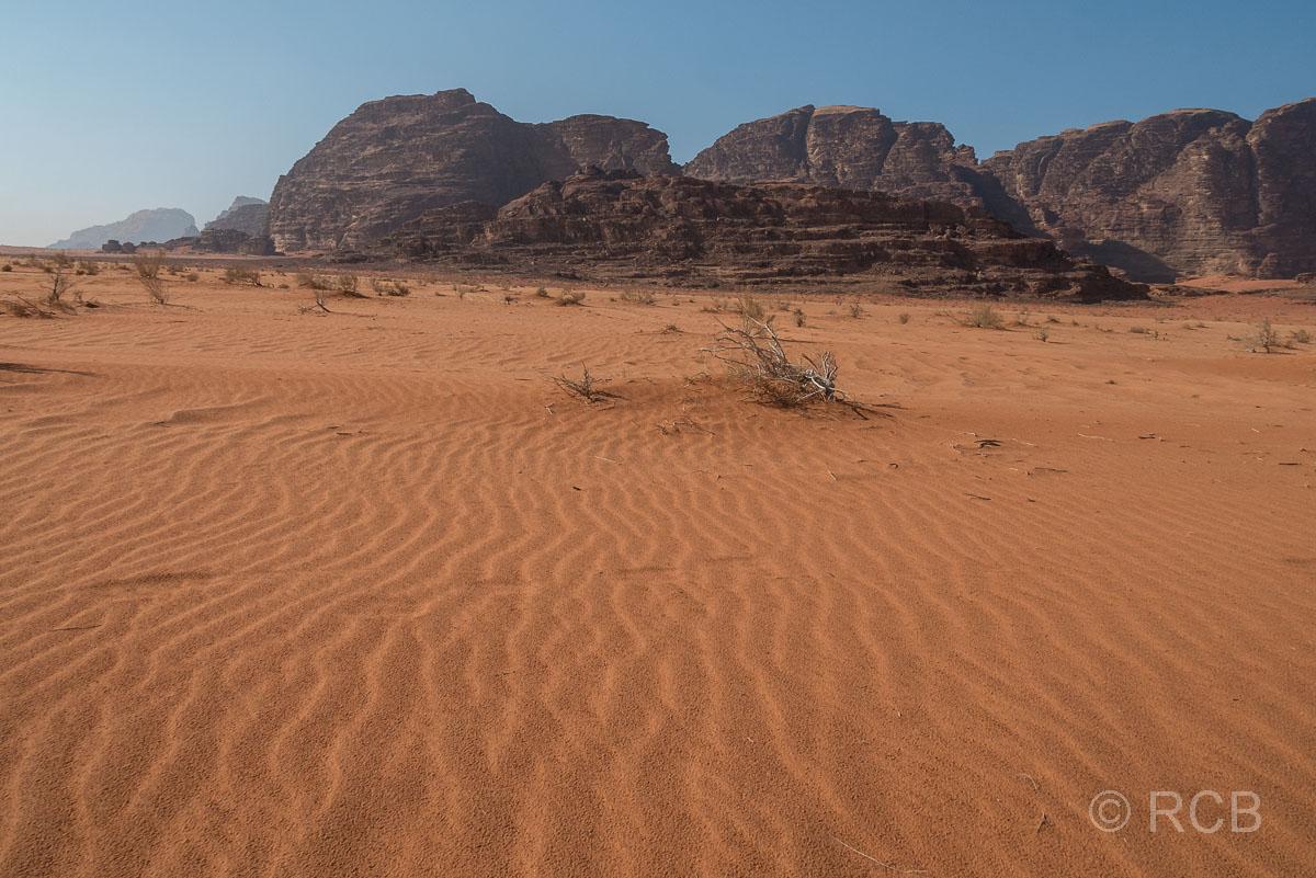 geriffelter Sand und Felsen in der Wüste des Wadi Rum