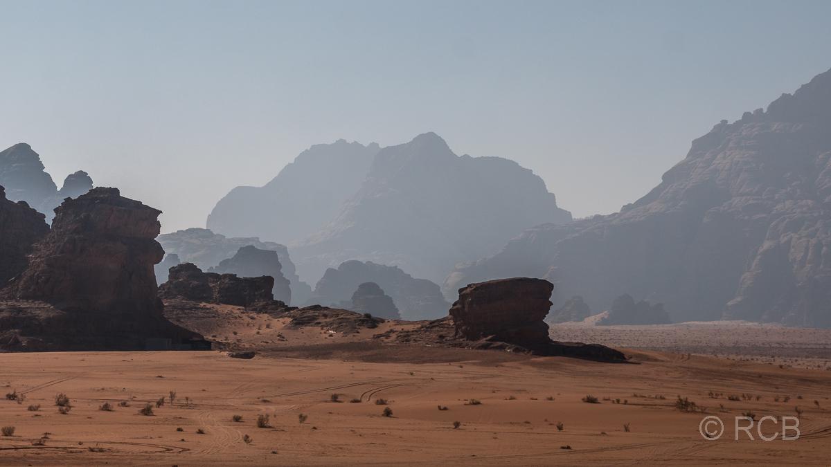 Felsen im Gegenlicht im Wadi Rum