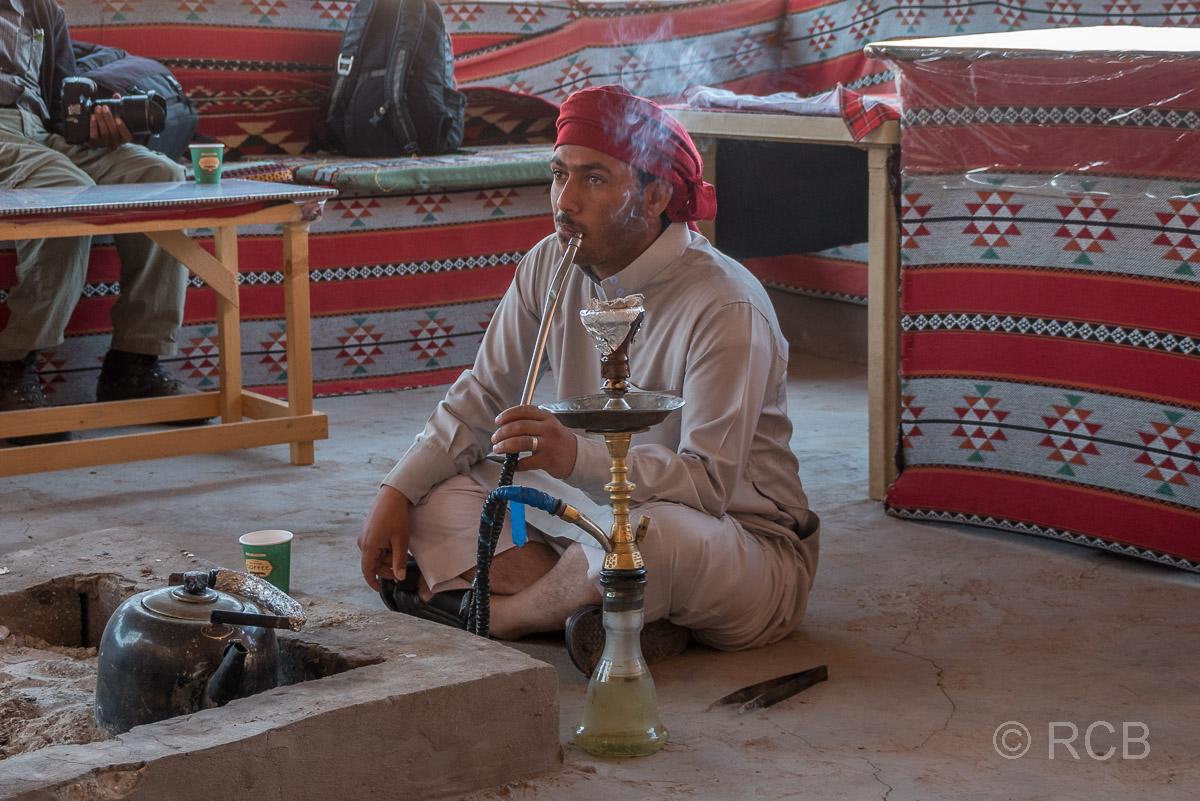 Beduine mit Wasserpfeife im Wadi Rum