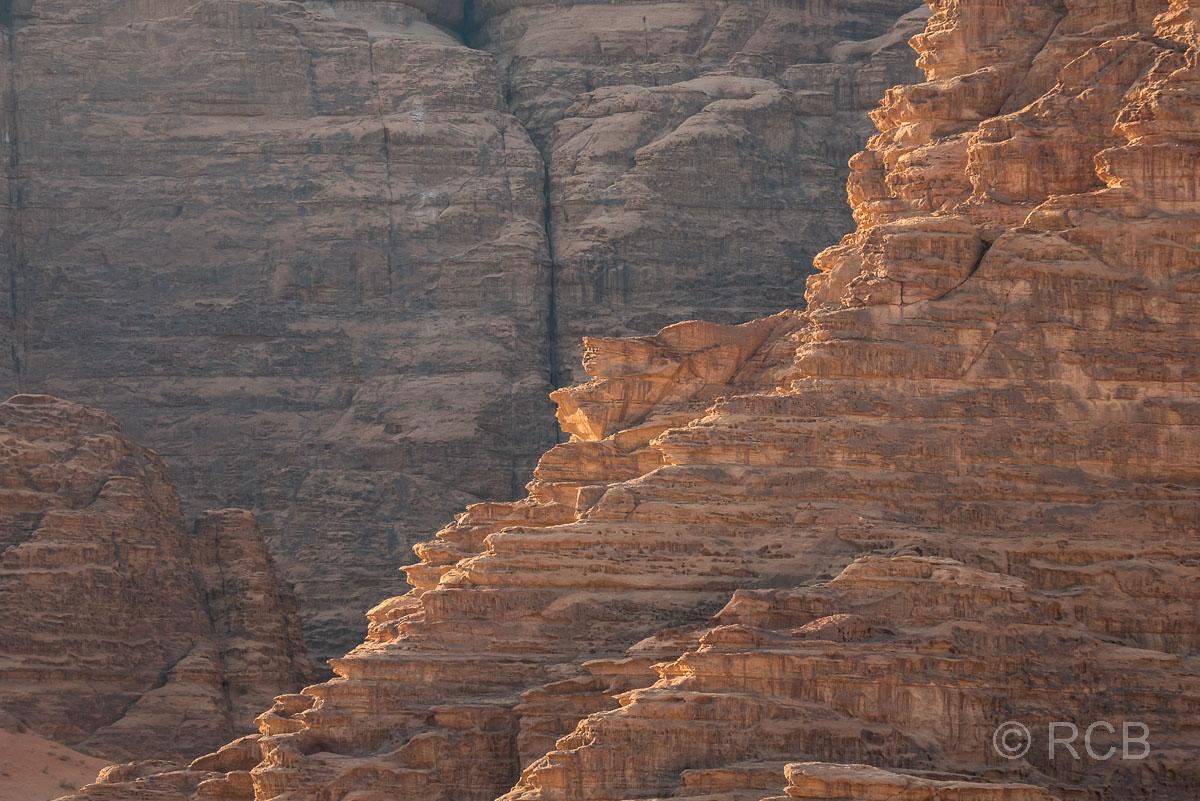von der Sonne beschienener Felsgrat im Wadi Rum